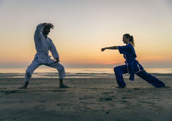 pessoas praticando kung fu